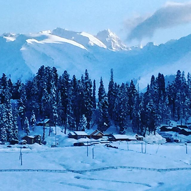 Sunset in #gulmarg. This mountain that watches over the village is called sunshine peak, it catches the last of the Suns Ray's as it ducks behind Mt Affarwat. #di5adv #himalayan #powderhunters #kashmir #gooddays
