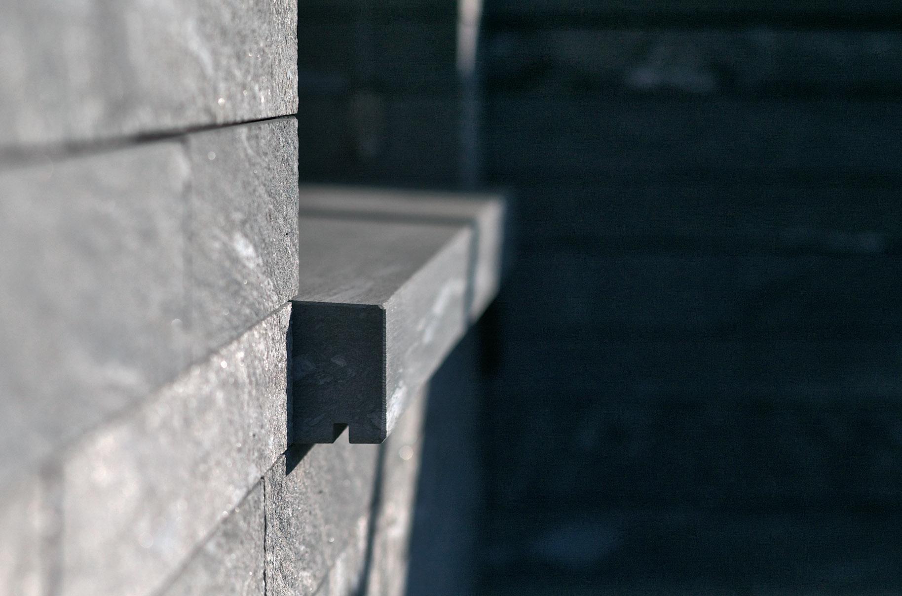 Fenstersims Haus am Hang - Bei der Fassade aus Naturstein wurde das mechanische Befestigungssystem StoneFix eingesetzt.