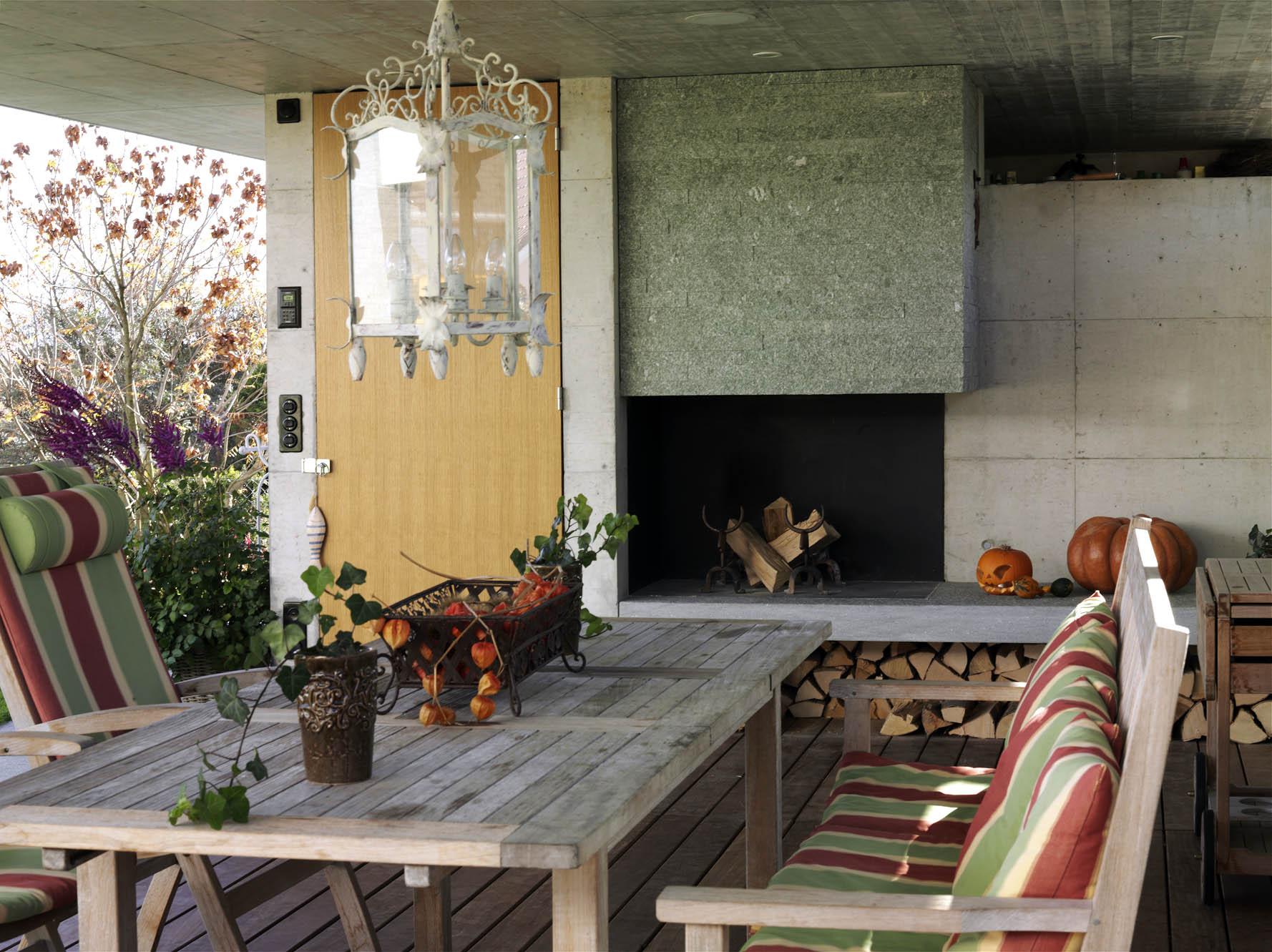 Das Cheminée in Naturstein wirkt wohnlich und schön.