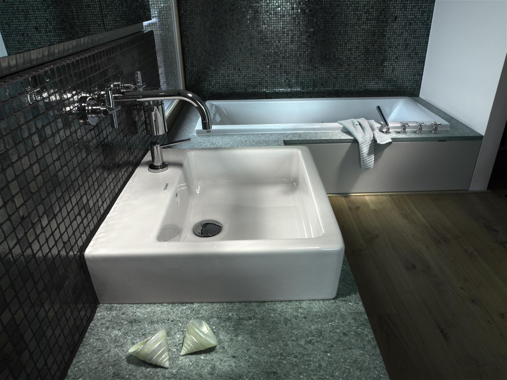 Die Abdeckung der Badewanne ist im selben Stein gestaltet wie die Waschtischabdeckung.
