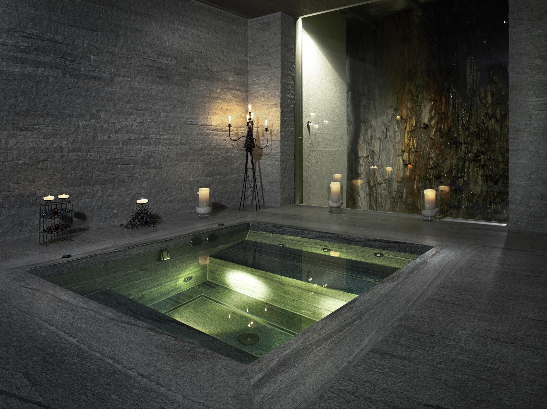 Whirlpool aus Naturstein in privatem Spabereich