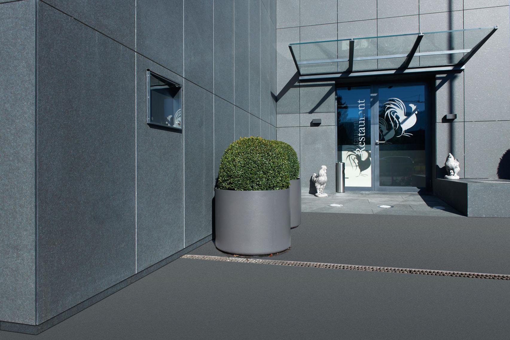 Die grossen Fassadenplatten wirken exklusiv und stilvoll.