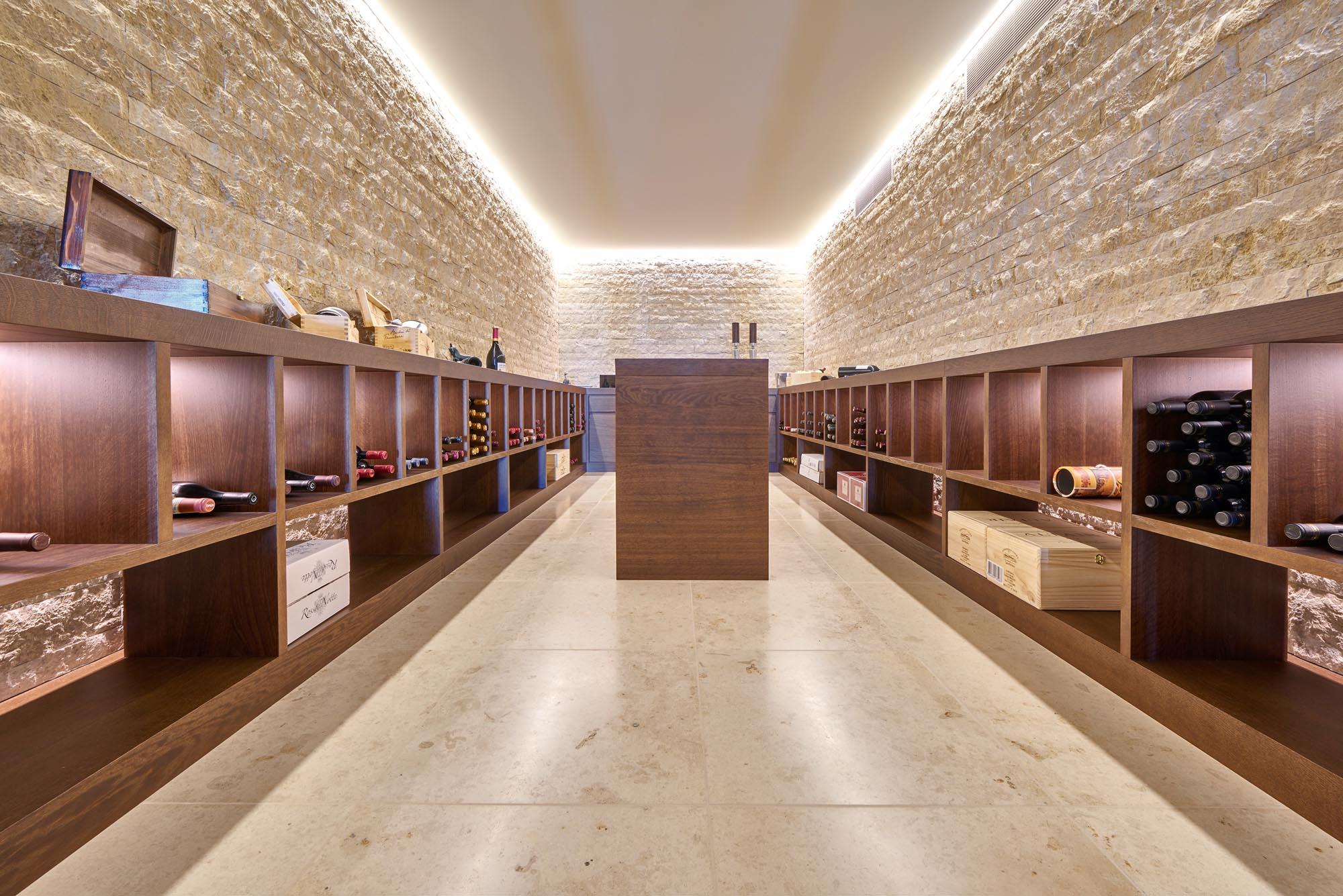 Der stillvolle Weinkeller kombiniert Naturstein an Wänden und Boden.