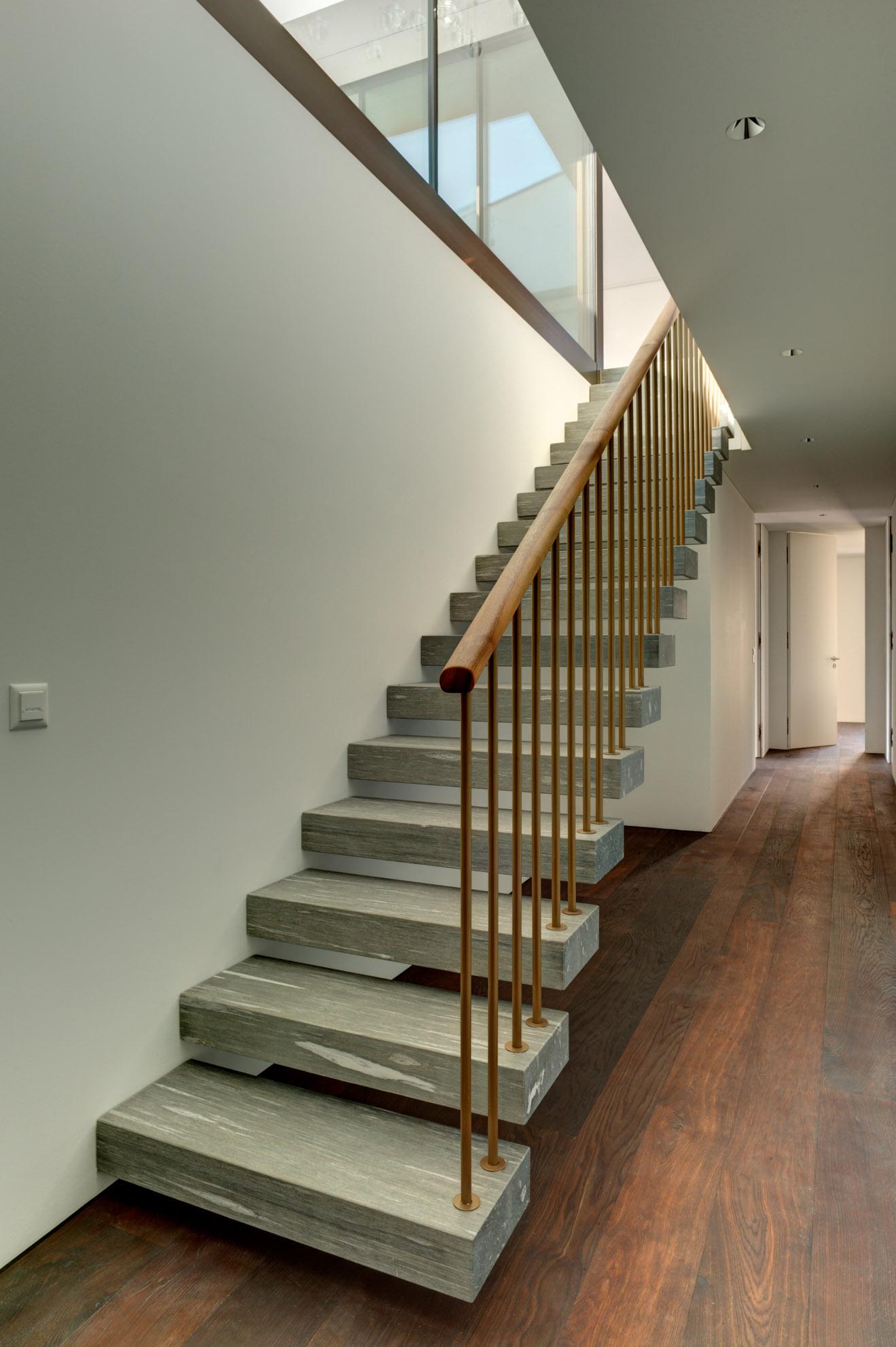 Schwebende Treppe in Naturstein