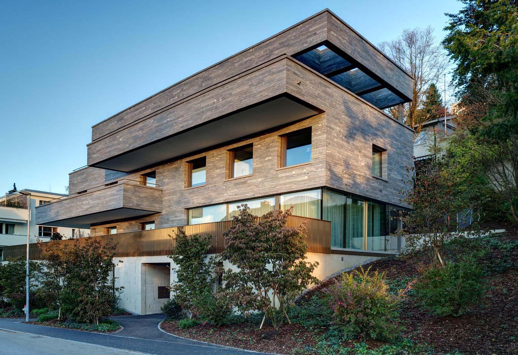 Aussenansicht Haus am Hang - Bei der Fassade aus Naturstein wurde das mechanische Befestigungssystem StoneFix eingesetzt.