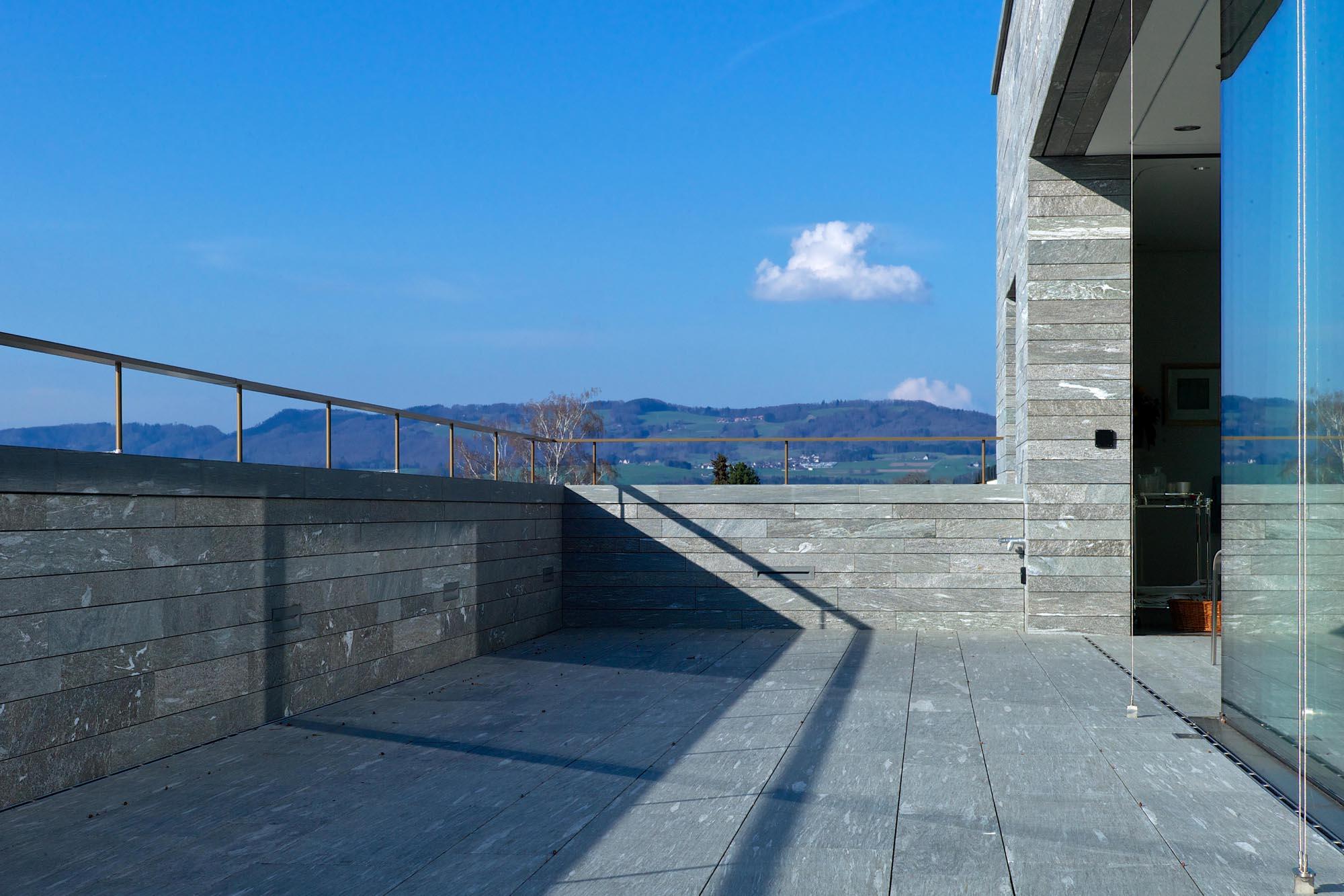 Terrasse Haus am Hang - Bei der Fassade aus Naturstein wurde das mechanische Befestigungssystem StoneFix eingesetzt.