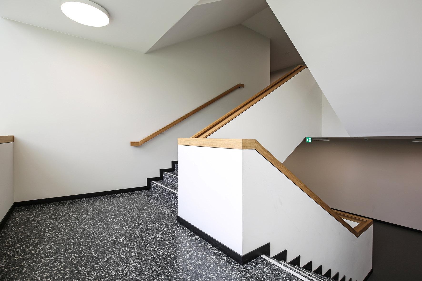 Treppen und Böden in Schulhaus aus Kunststein