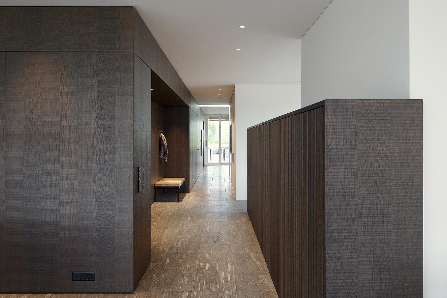 Die Kombination von Holz und Naturstein ist modern und retro.