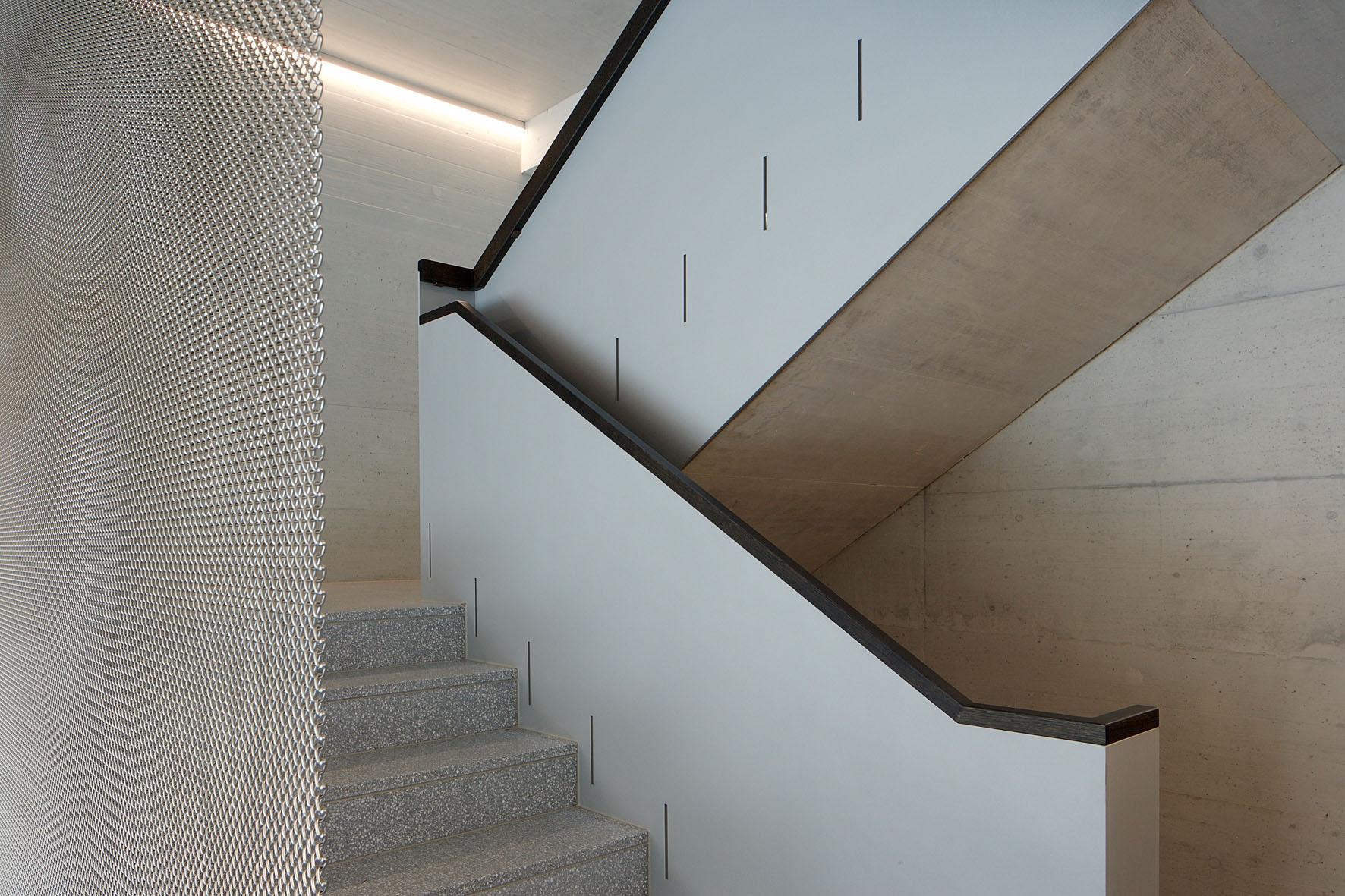 Der Kunststein lässt sich wunderbar mit Sichtbeton kombinieren.
