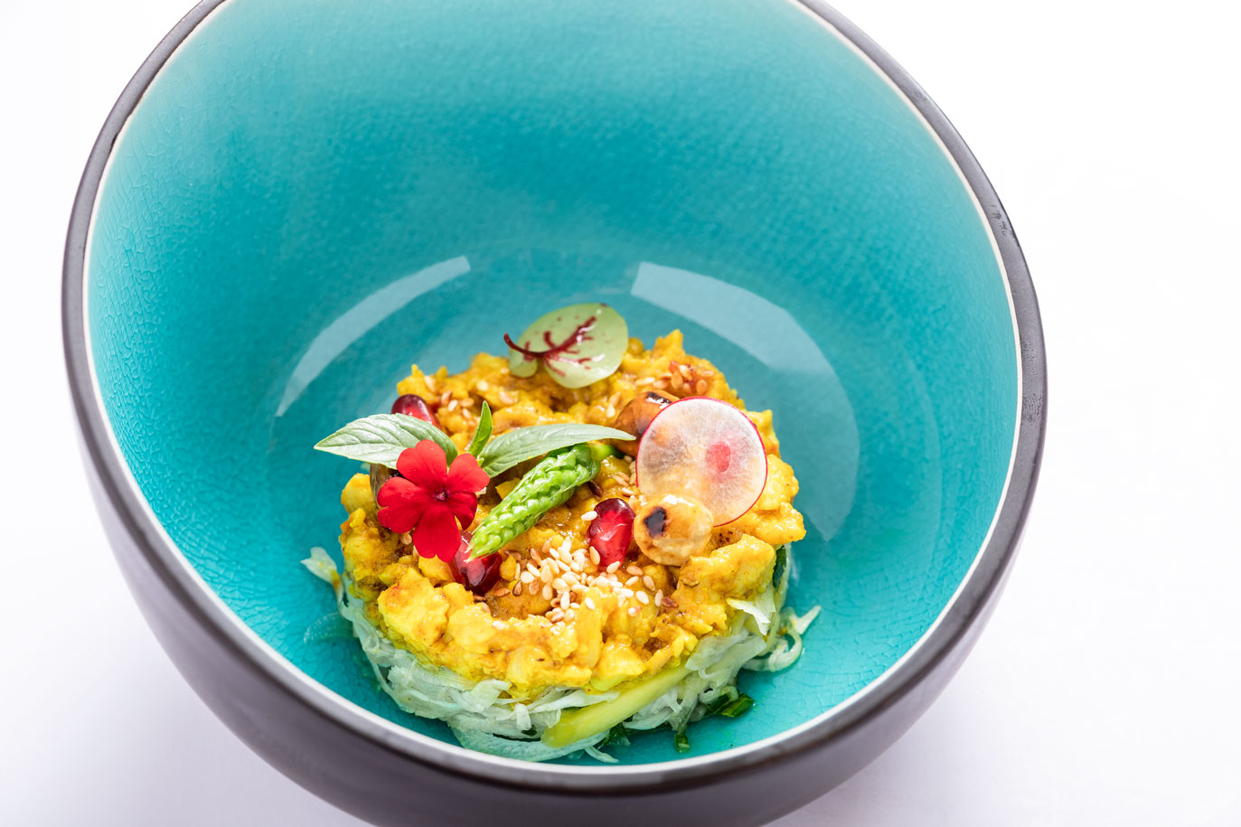 Spicy kip in de wok, oriental coleslaw, khafir, limoen, Thaise basilicum - DE MANGERIE