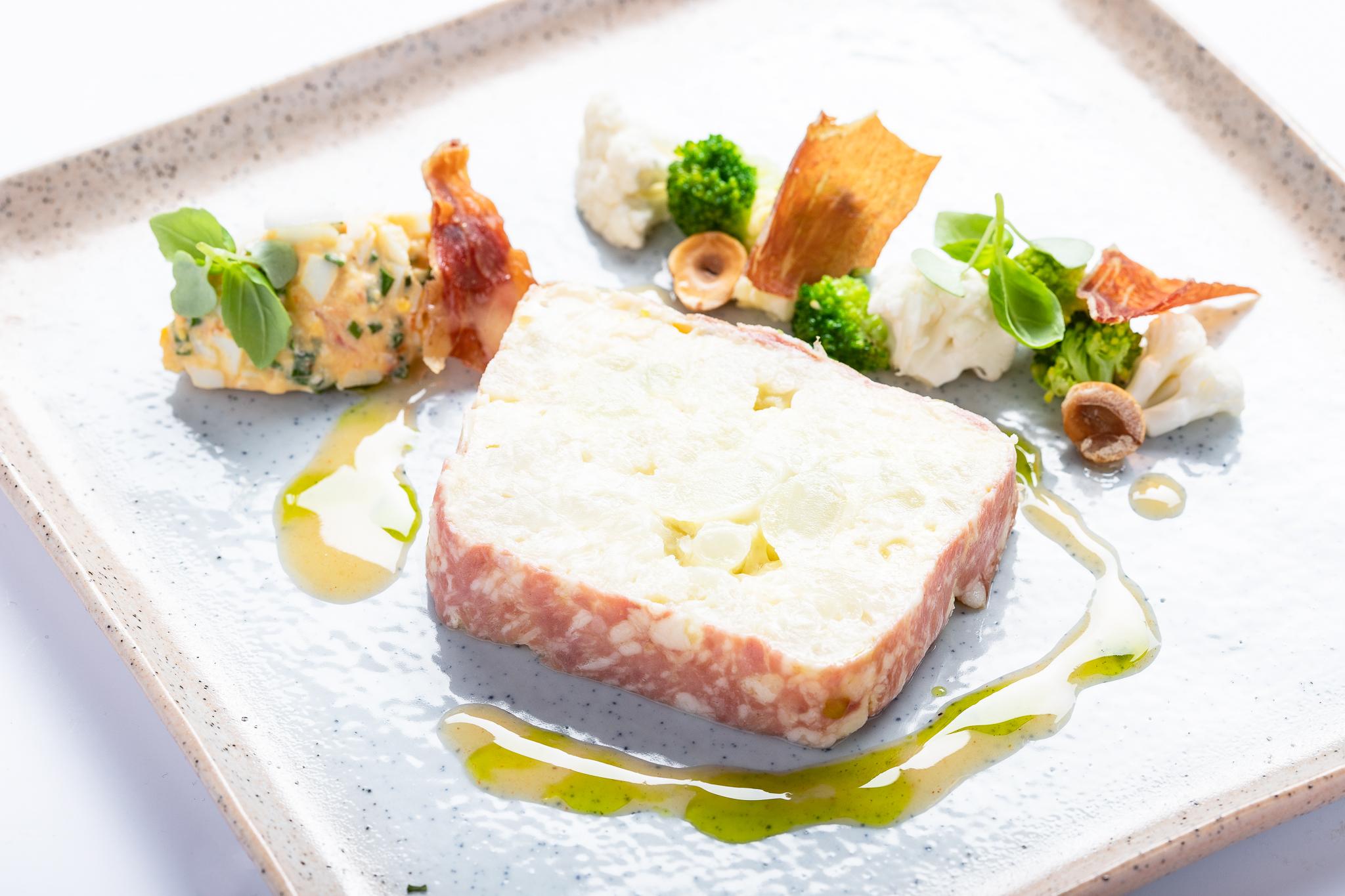 Terrine van bloemkool en hesp, salade van krab - BISTRO REFTER