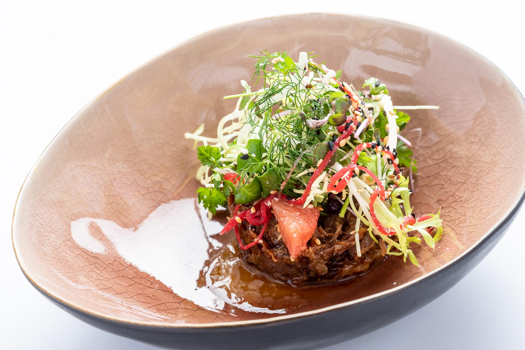 Crispy duck salad: gekonfijte eendenbout, salade met granaatappel en enoki - LIEVEN