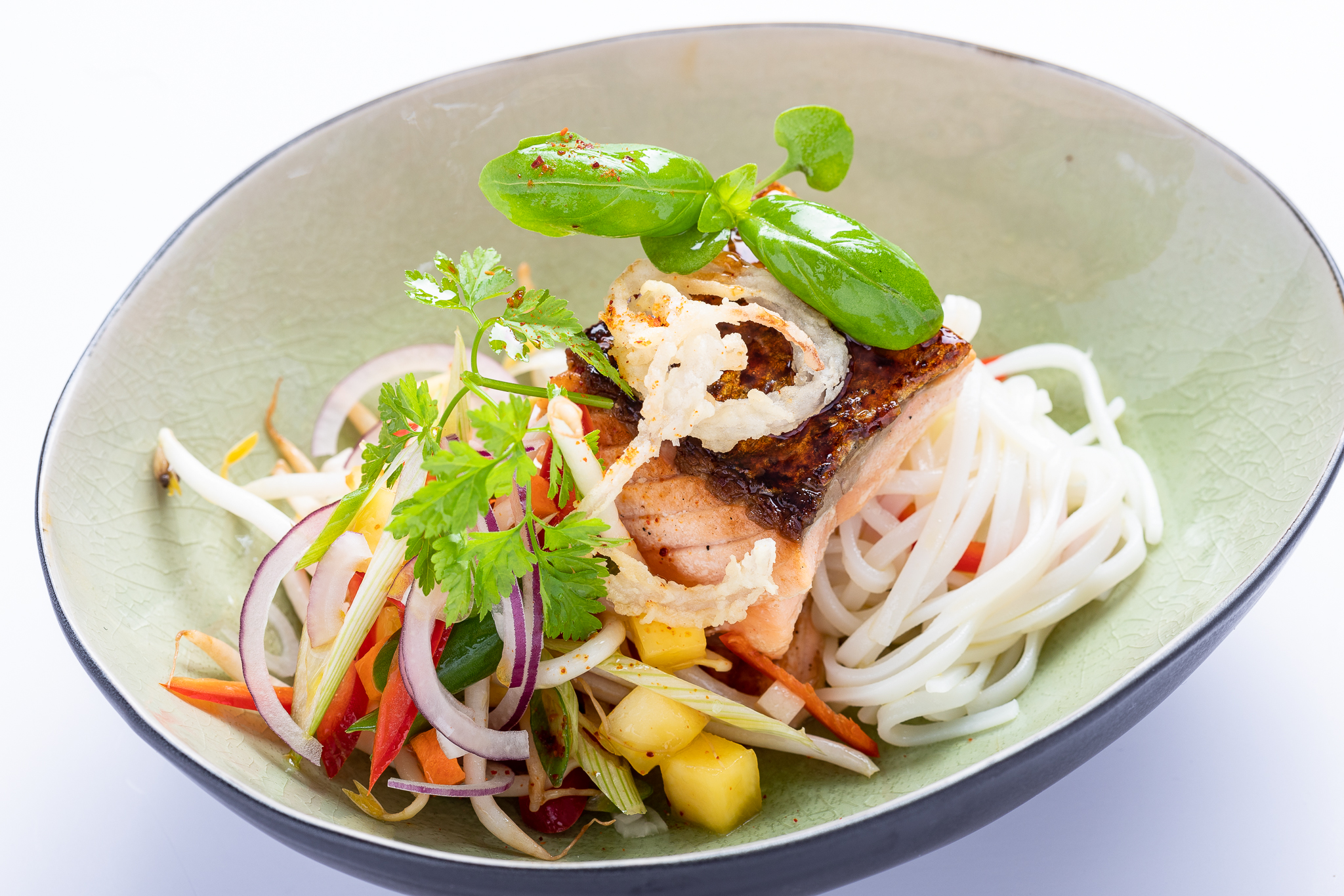 Zalm 'Japanese style' gelakt met teriyakisaus, mangosalade, rijstnoedels - DEN GOUDEN KARPEL