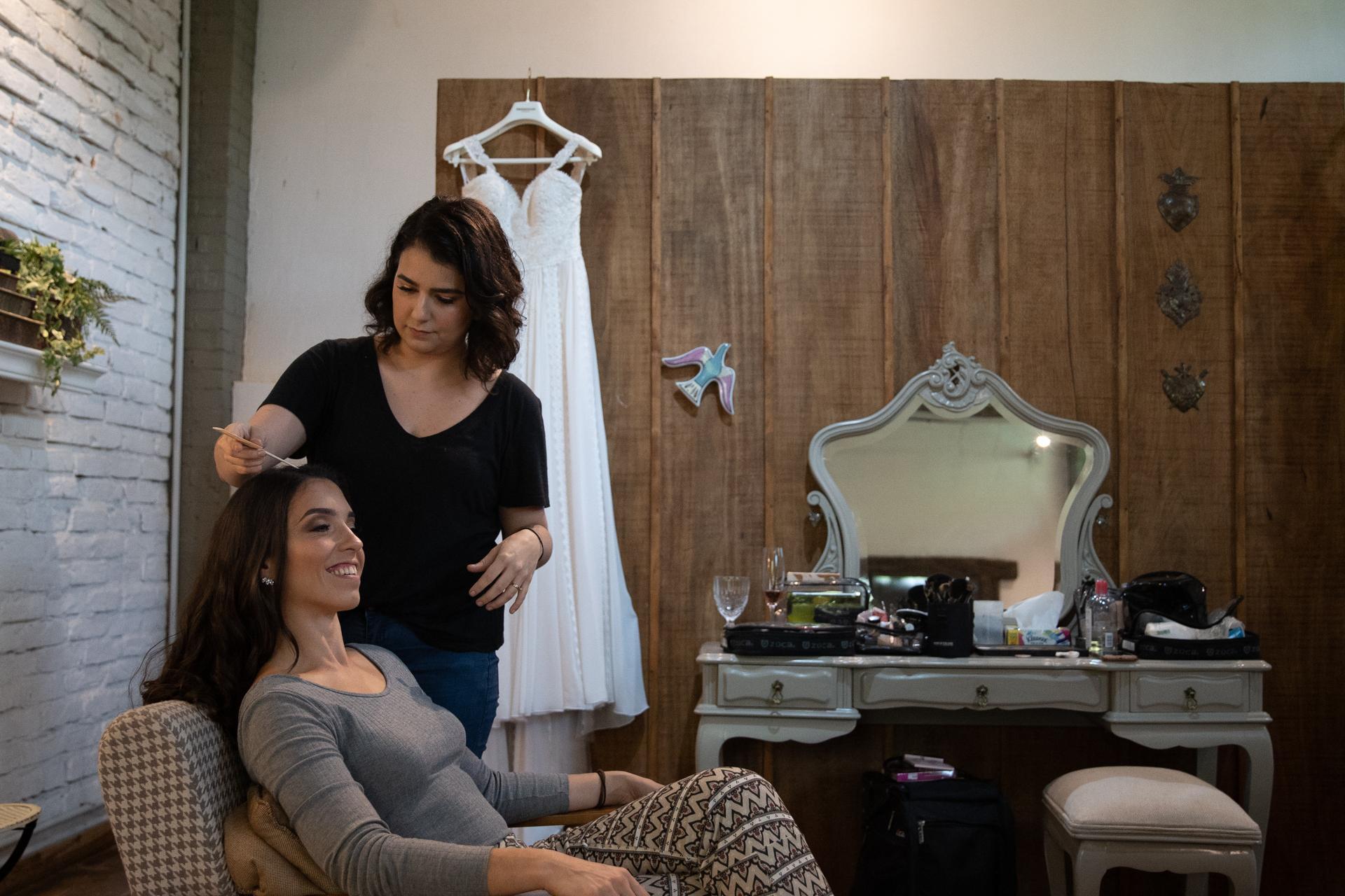 Ligia maquiando a noiva Fernanda