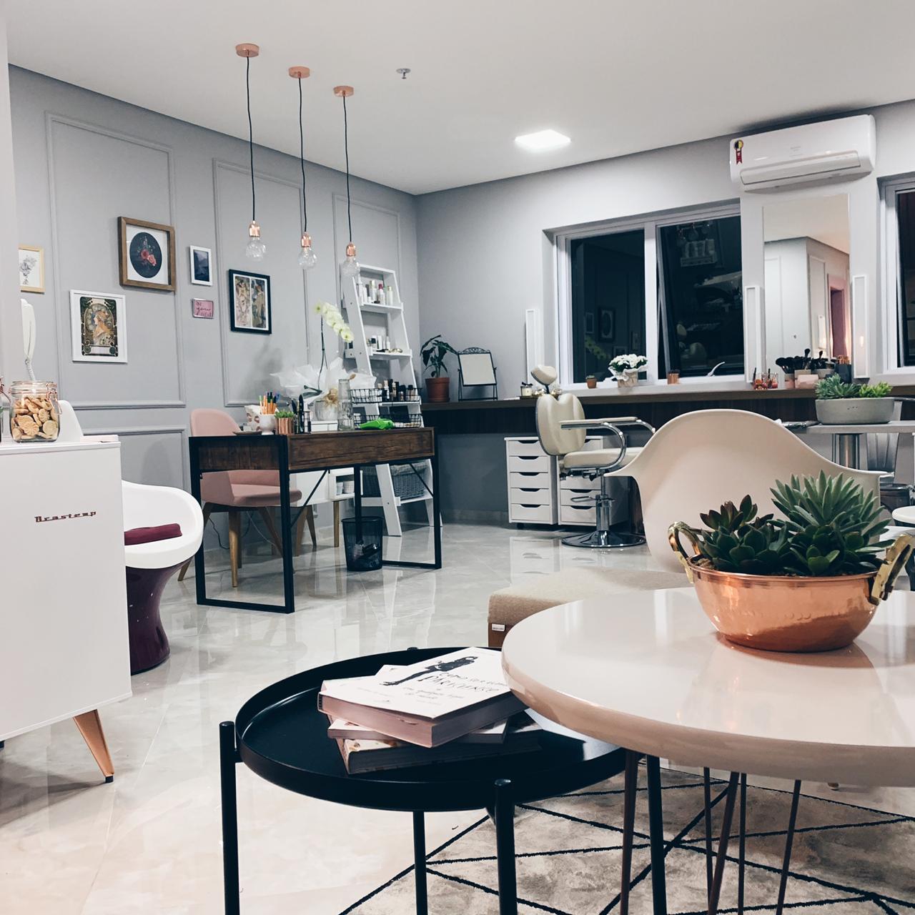O ESTÚDIO - O Alberta Estúdio de Beleza é o mais novo espaço de atuação da maquiadora Ligia Albert.Inaugurado em Março de 2019, o Alberta é mais do que um salão de beleza: é um espaço feminino e moderno para quem gosta de curtir o processo de se maquiar e pentear para um evento especial.