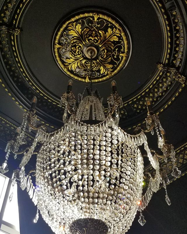 Beautiful chandelier and detailed gold ceiling. Great concept for lounge bars, salons or restaurants. . . . #designinspiration #interiordesign #chandelier #ceilingdesign #goldceiling #details #detailshots #blackandgold #stagingconsultations #designconsultant
