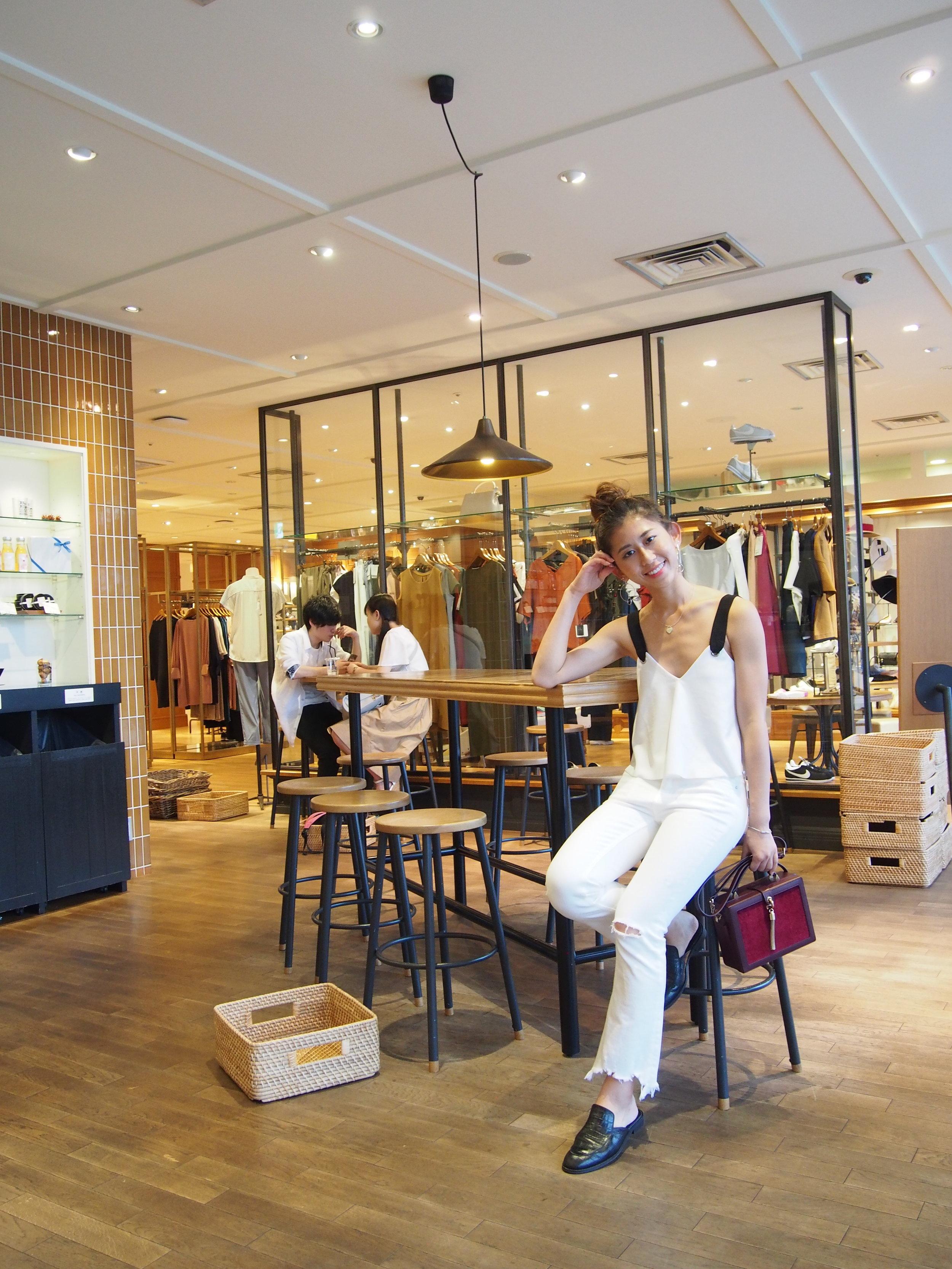 Zara Contrast Crop Top  / Zara mid-rise flared jeans  / Charles & Keith box bag / Giordano Ladies black leather slides