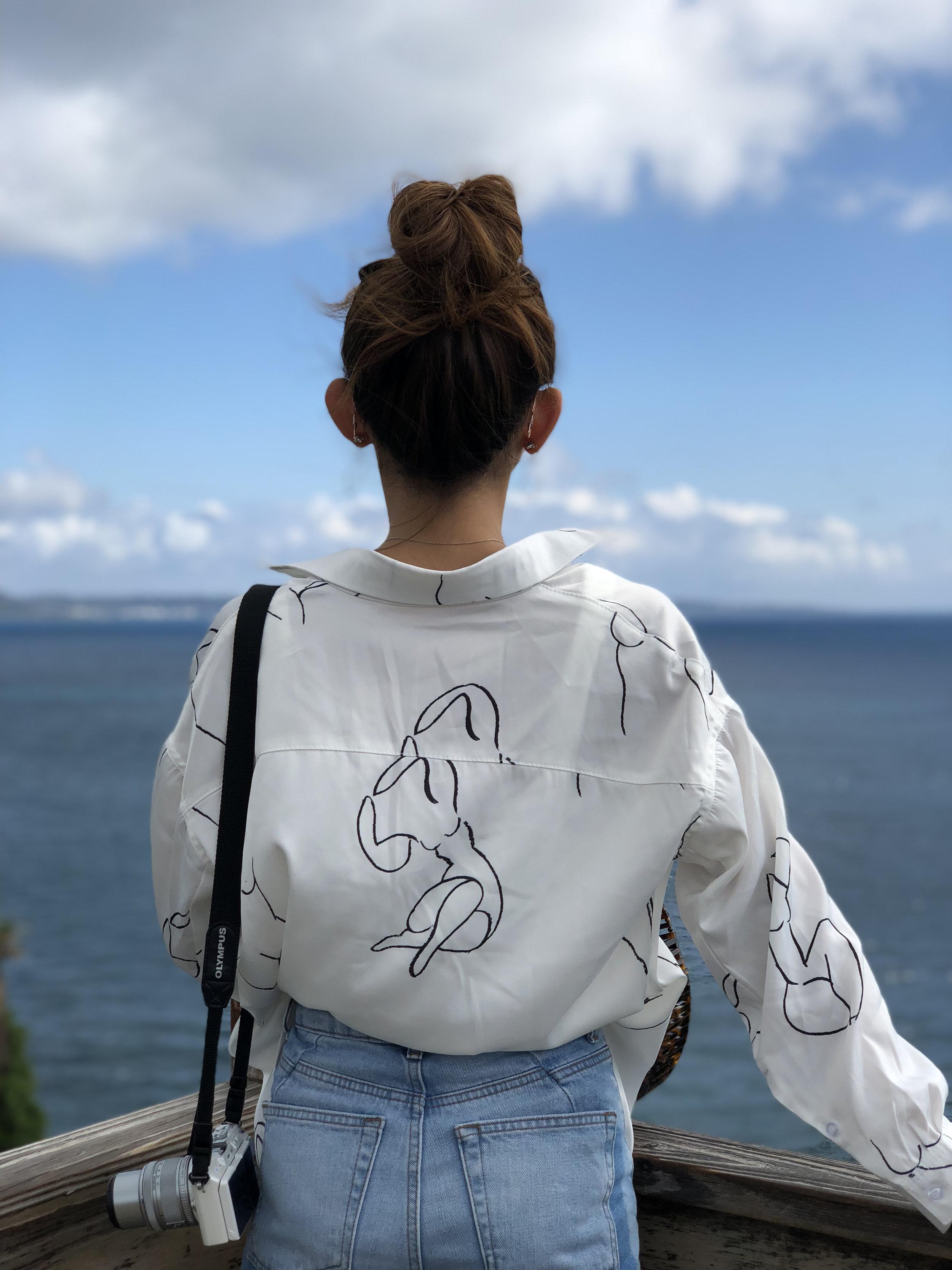 Projectno8  shirt /Topshop MOM jeans / Giordano Ladies slides / Cult Gaia acrylic ark - tortoise (mini)