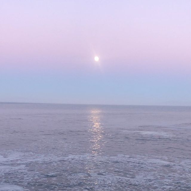 Beautiful moonrise at sunset 🌝 🌅. What a lovely mild summer night! We usually don't have many of these so I need to enjoy it while it lasts! 😘. . . . . . . . . . #amlingdesigns #amling #amlingjewelry #goodvibes #goodvibesonly #oceaninspiration #ocean #oceanlove #santacruz #santacruzlife #madeincalifornia #madewithlove #beach #beachtherapy #beachart #handcrafted #oneofakind #love #waterlover #meaningfulgifts #handmadegifts #corporategifts . I love the pink and reflexion in the water! 💗 🌊