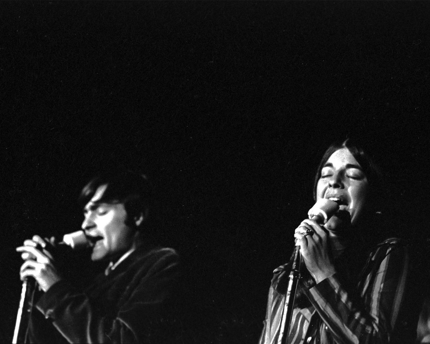 Marty Balin (left) and Signe Anderson (right) singing their hearts out at Stanford University, 1966