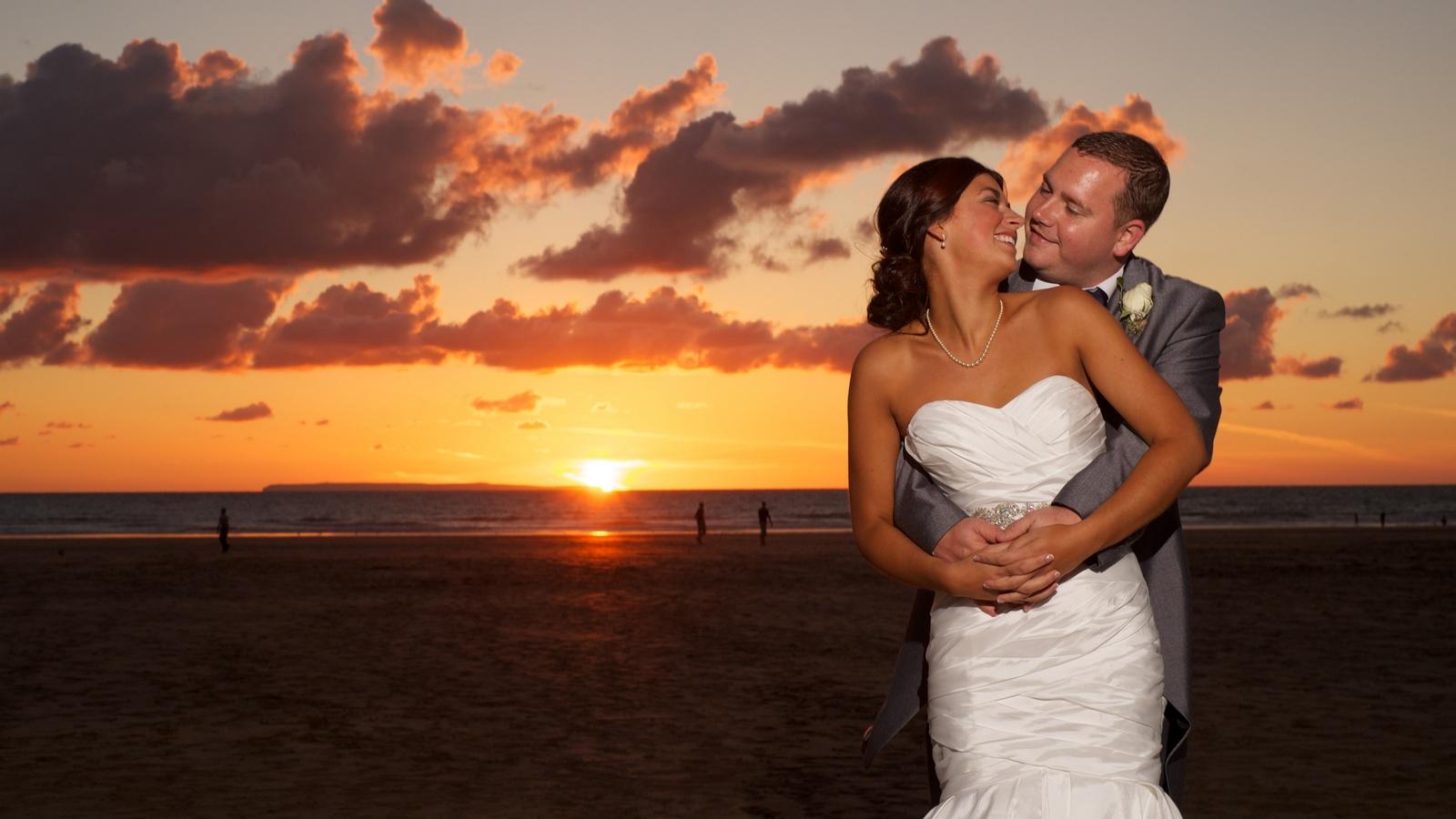 04_Sunset wedding embrace.jpg