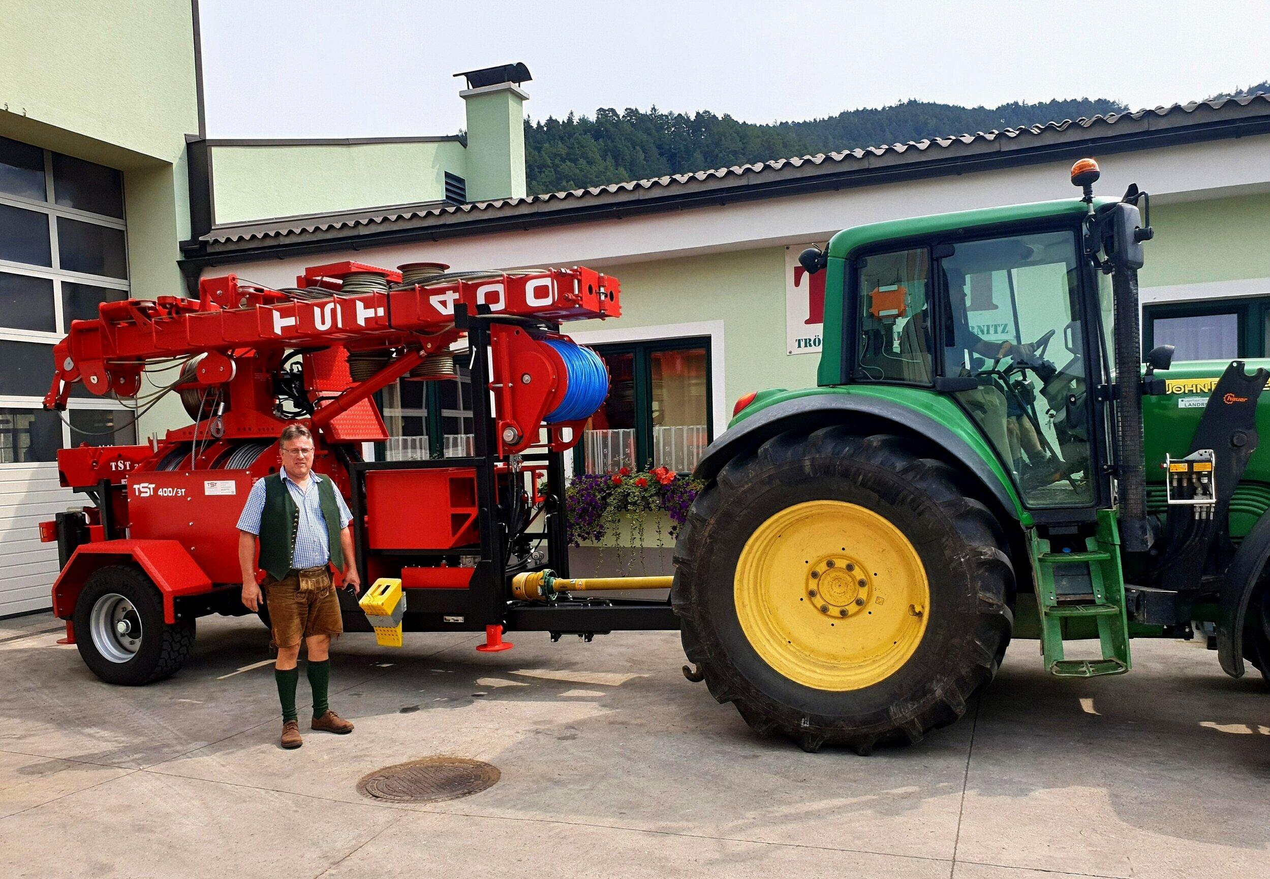 Georg Drexler's neuer TST 400 Kippmast mit unserem Chef kurz vor der Auslieferung.