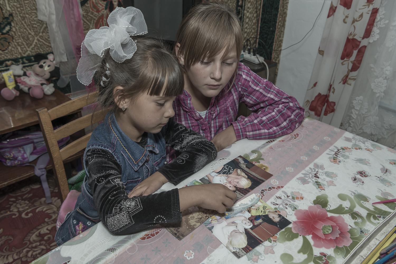 kyrgyzstan-soviet-children-mother-working-abroad-jo-kearney-photography-video-Balykchy.jpg