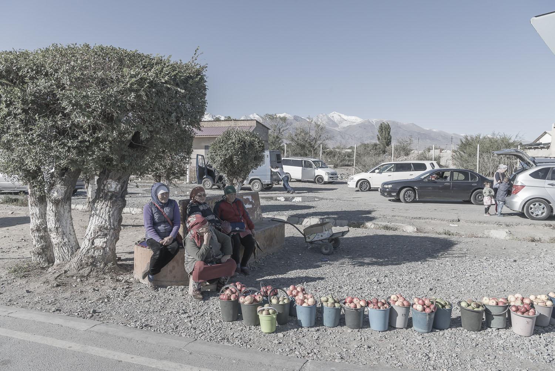 kyrgyzstan-fruitsellers-balykchy-jo-kearney-photography-soviet-union-communism-selling-apples-streetmarket.jpg