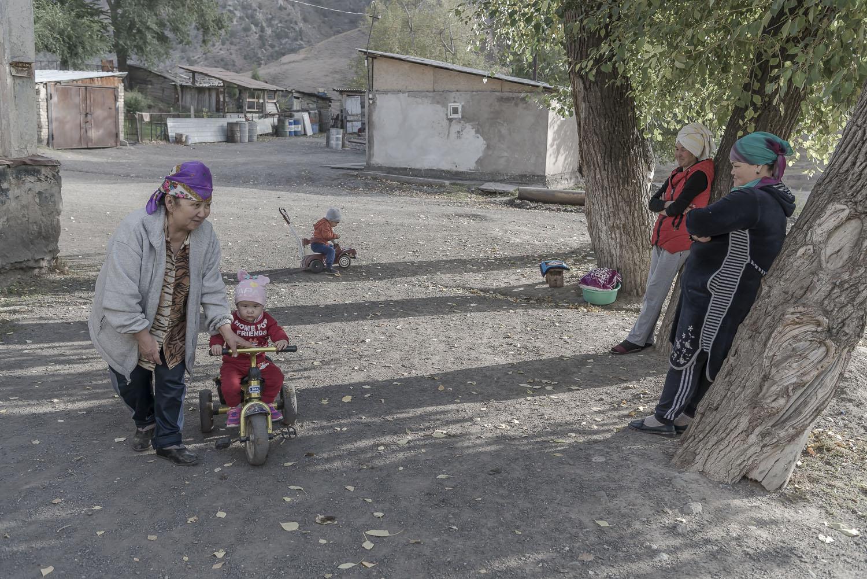 jo-Kearney-videojournalist-photographer-cheltenham-minkush-min-kush-Soviet-Union-industrialwasteland-uranium-mining-ruins-kyrgyz-children.jpg