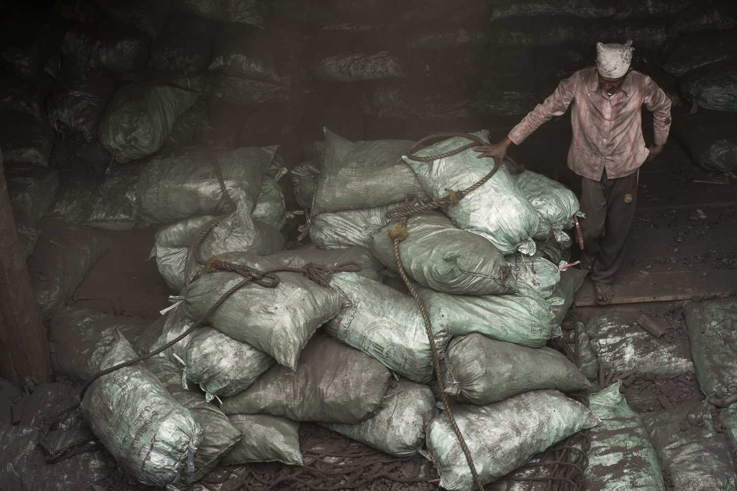 sacks-charcoal-workers-uae-jo-kearney-photography-video-travel-photography.jpg