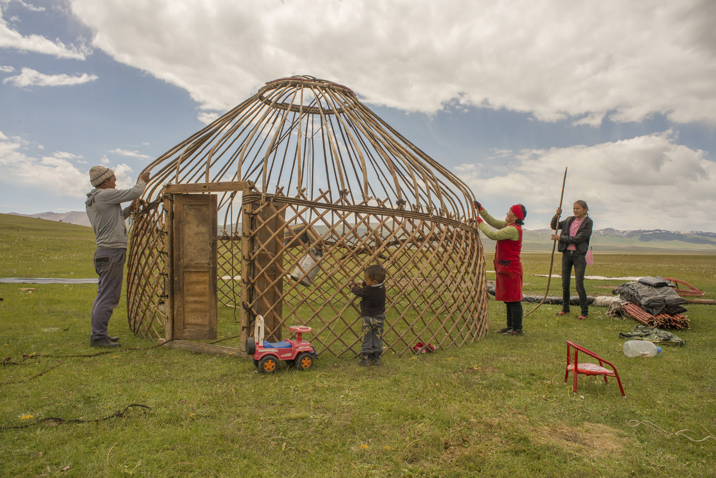 kyrgyzstan-nomads-lake-song-kul-jo-kearney-video-photography-soviet-yurt-family-camping-assembing-yurt.jpg