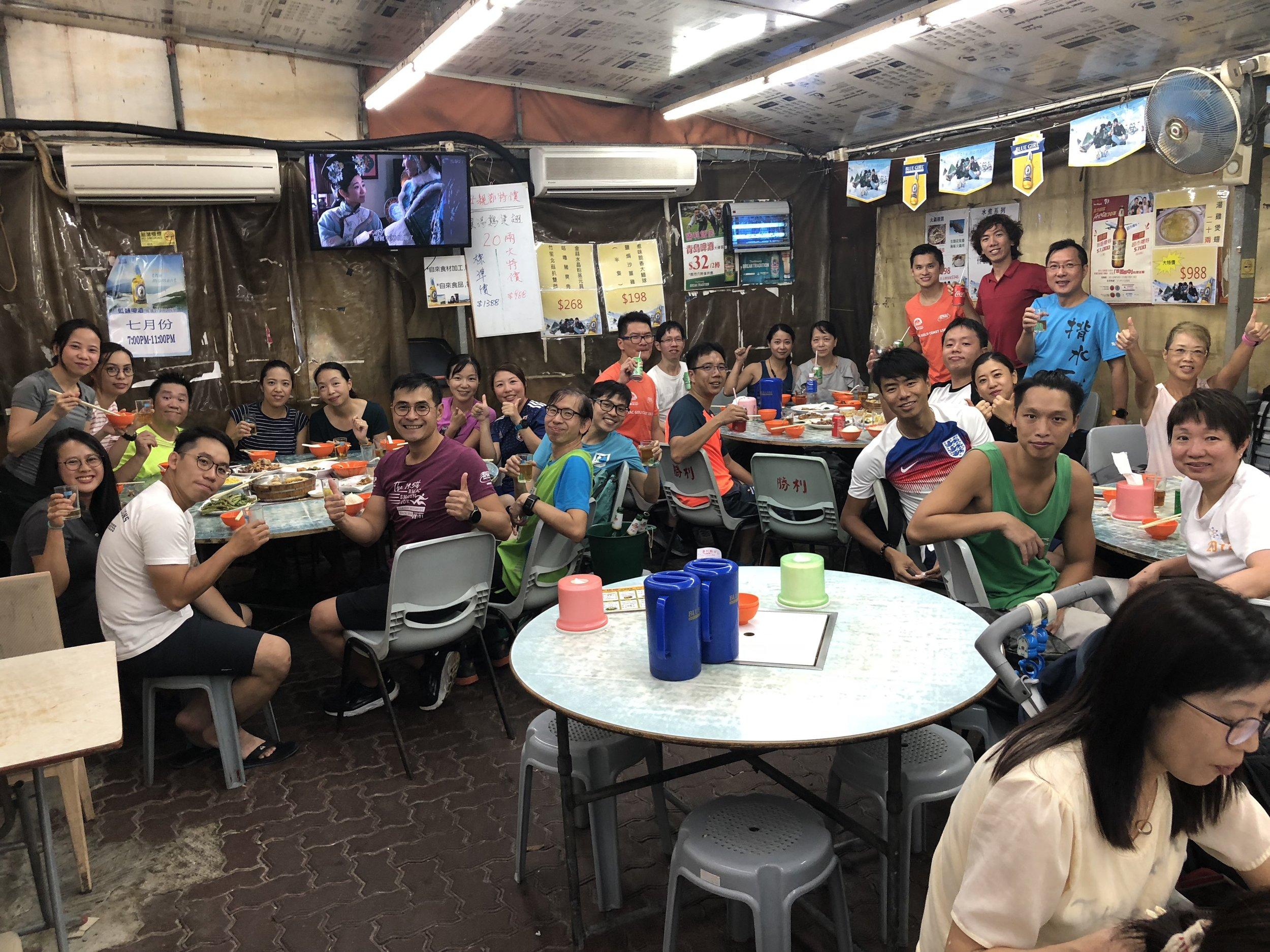 九龍灣班尾堂飯局 - 一期一會,感謝班長Steven,每一期最後一堂都會搞一個飯局,在老地方,即九龍灣運動場旁邊的冬菇亭開餐。呢一晚有三枱同學共聚,當中仲有即將為人父的豬紅大隊長添。