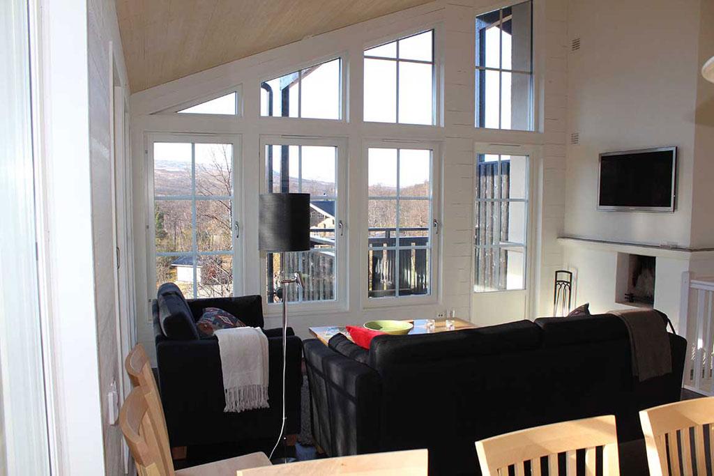 fjallstjarnan-allrum med utsikt, tv o öppen spis uppe.jpg