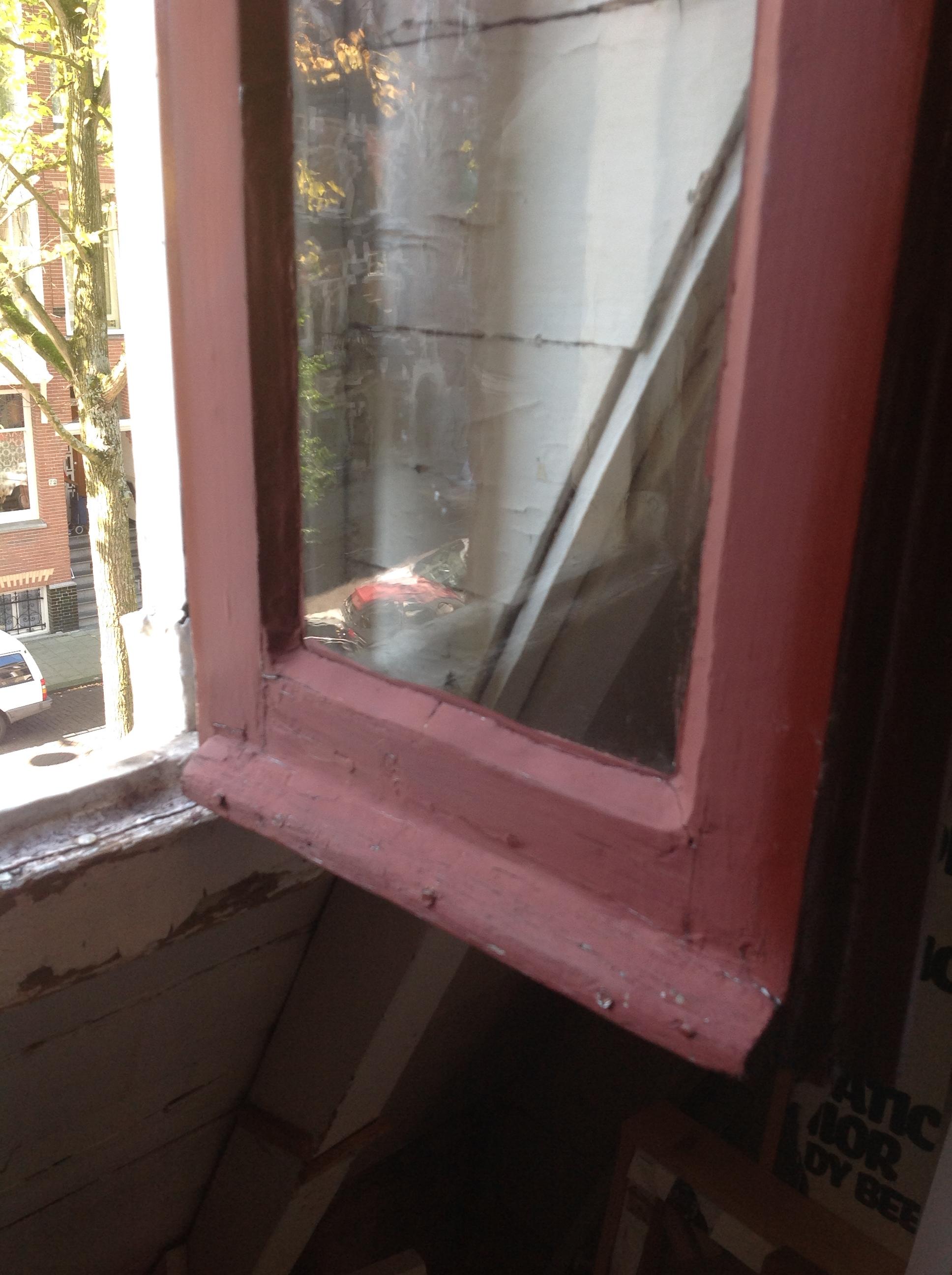 Detail raam, vóór het schilderen