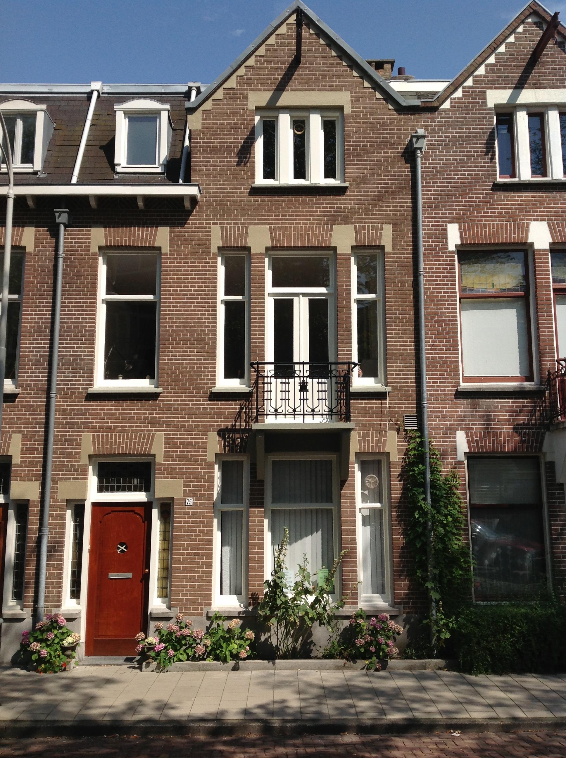 Huis in Amsterdam, voorgevel, na het schilderen