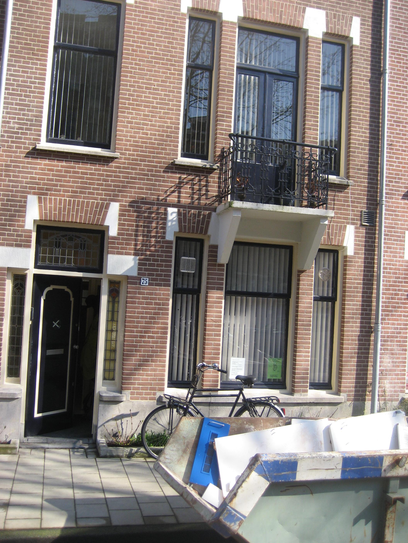 Huis in Amsterdam, voorgevel, vóór het schilderen