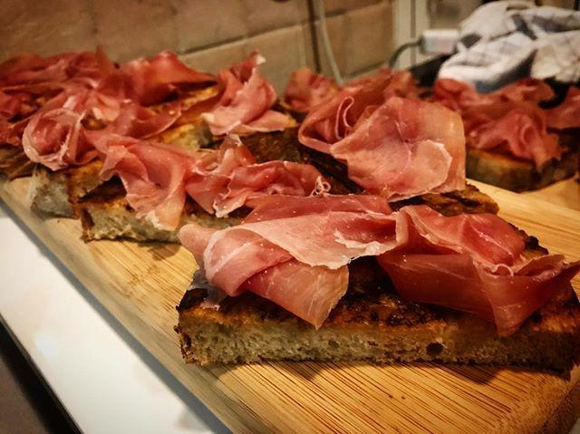 What do you serve for a Spanish Wine Tasting.? Serrano Ham and Tomato Rubbed Sourdough of course!! @thetastingclass  #catering#winetasting#thetastingclass#dubaifood#dubaifoodies#dubaifoodbloggers#chefslife#dubaichefs#mydubai#spanish#tapas#serranoham#sourdough#simpleisbetter