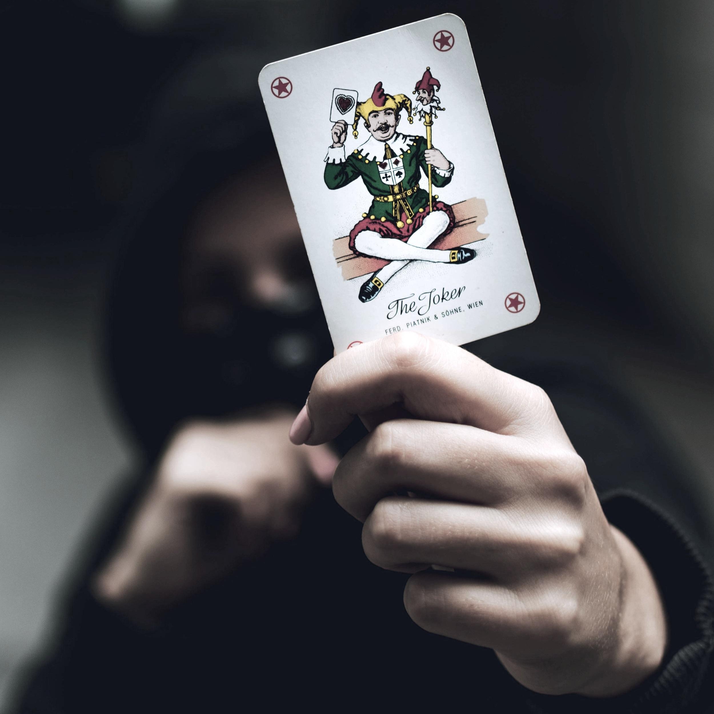 card-close-up-hand-2838511.jpg