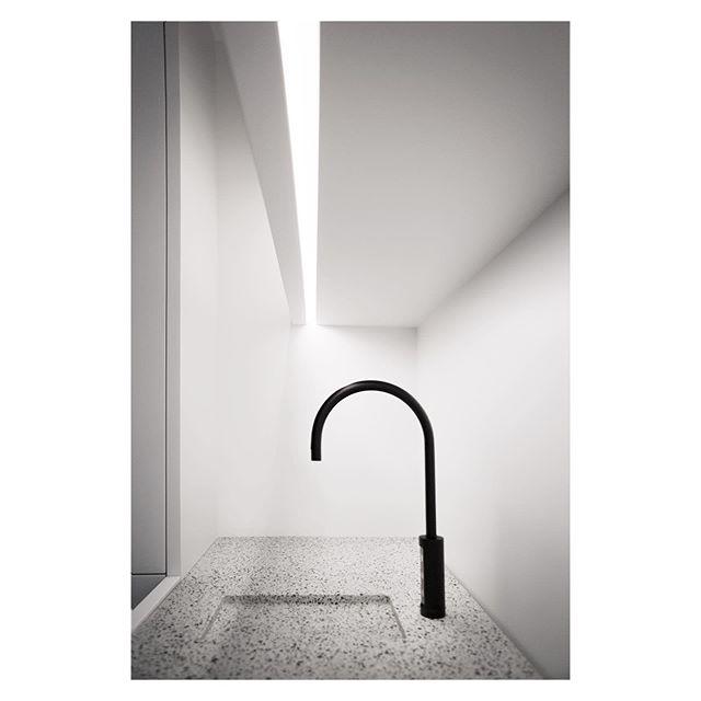 💧 Architecture @vincentvanduysen  Image @ellen__claes  #vola #volatap #volatapware #tapporn #minimaltaps #minimalarchitecture #vvda #vincentvanduysen #vincentvanduysenarchitects #vincentvanduysendesign