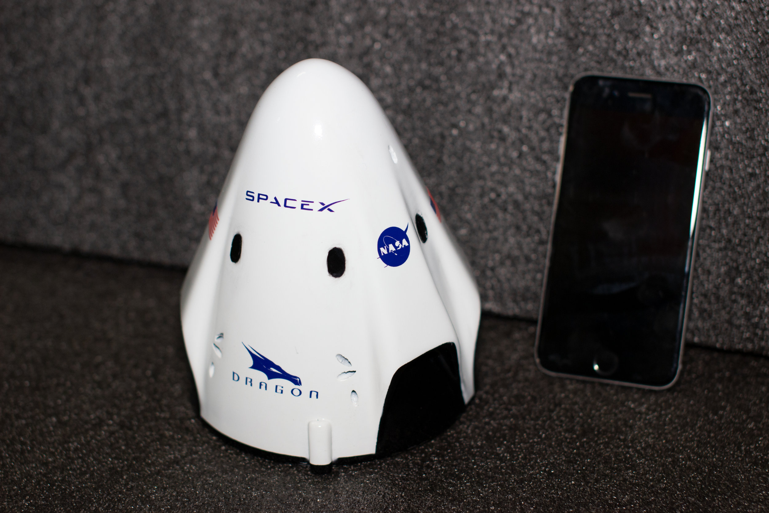 Space X Dragon Crew Capsula $400 - Pintada & Logos- 6.3in (16cm)