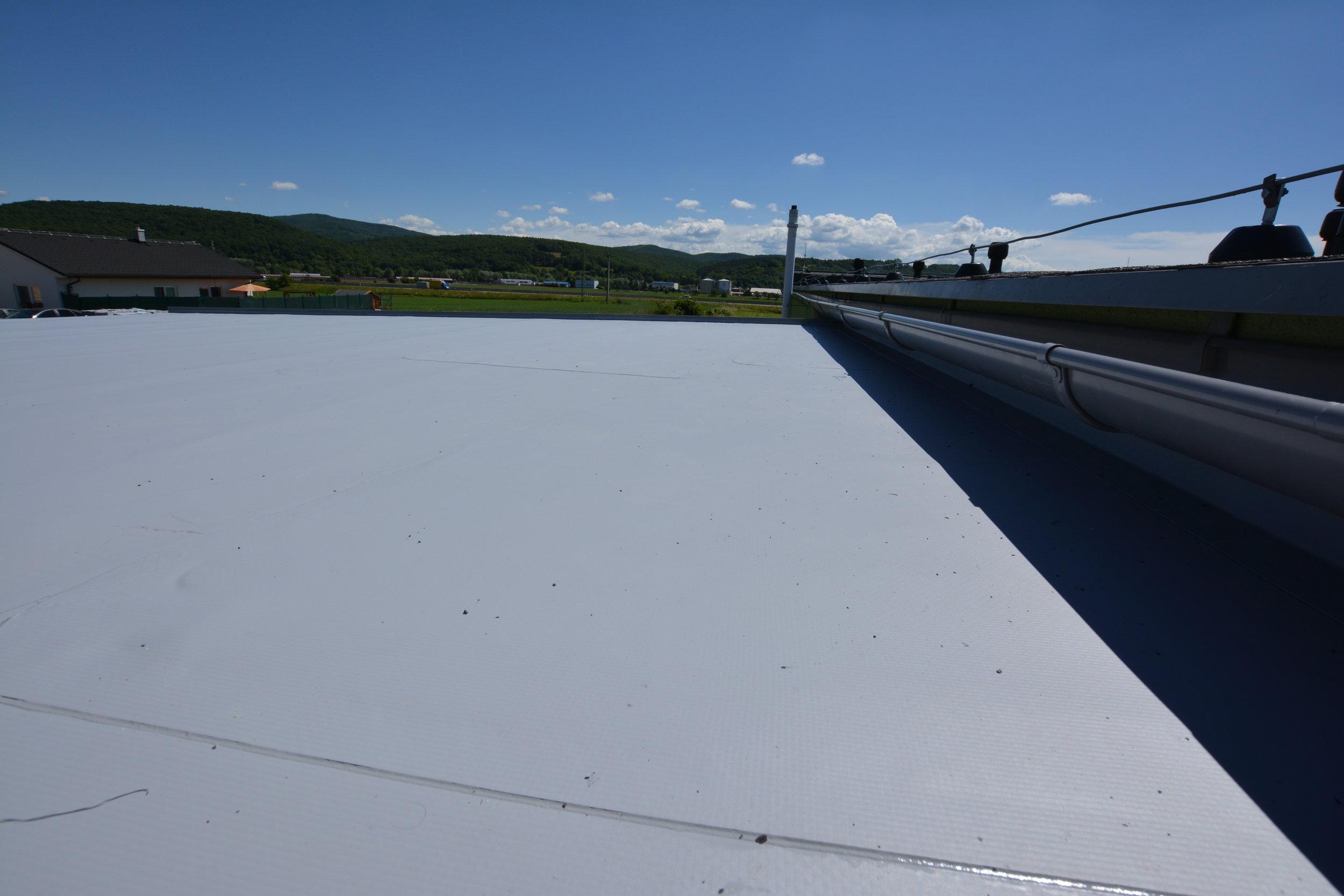 Detail napojenia strechy na už existujúcu strechu.