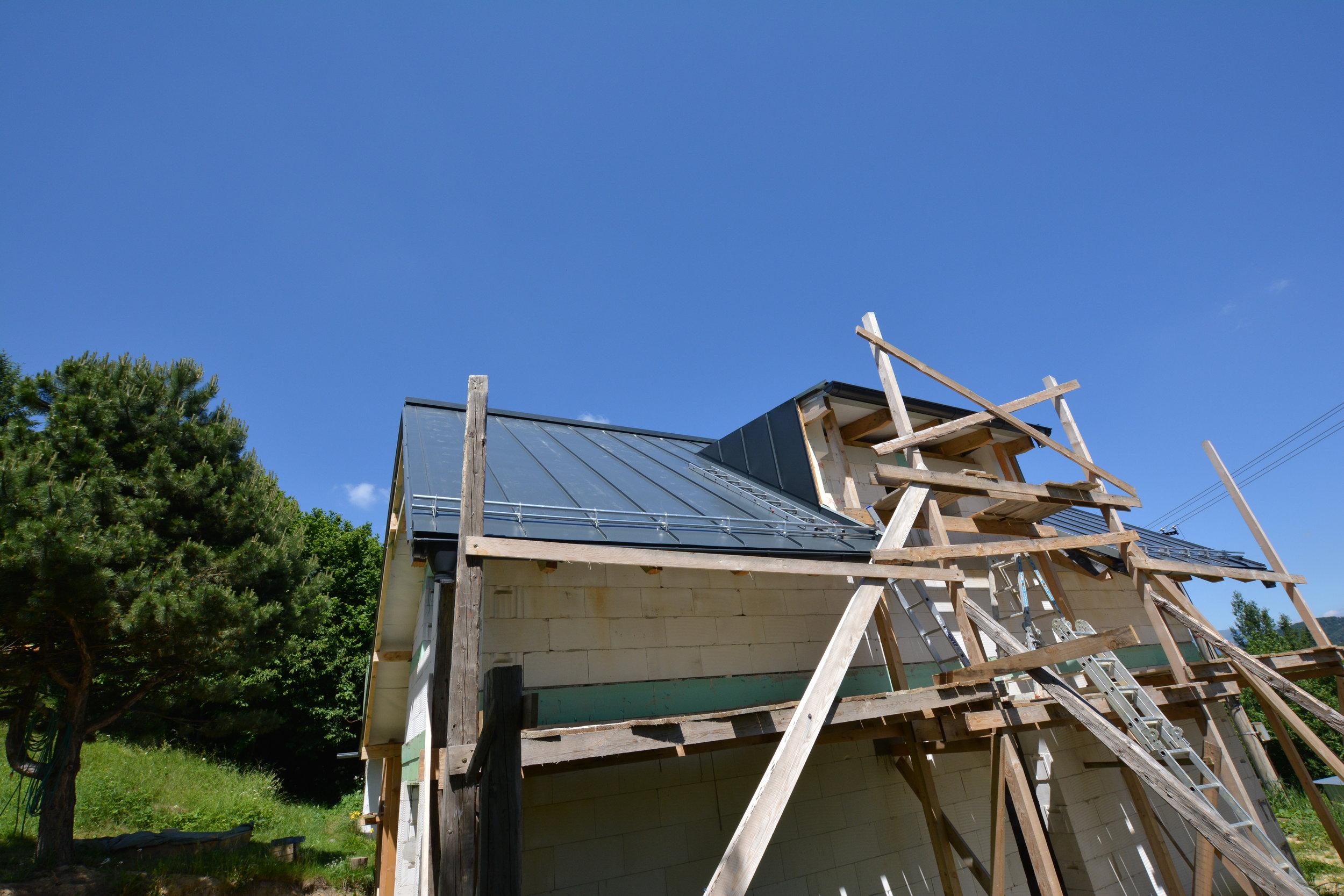Kompletná výstavba krovu a zakrývanie falcovaným pozinkovaným plechom v RAL farbe 7016 - Antracitová.