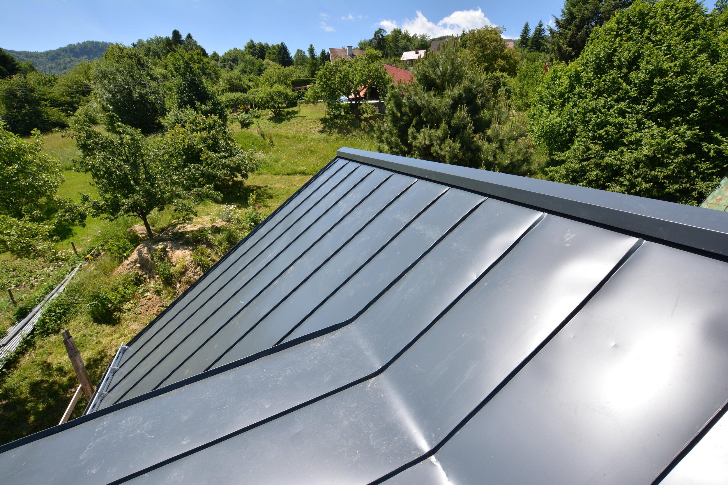 Odvetranie strechy je zabezpečené cez hrebeň, ktorý pôsobí subtílne na streche a tvorí zaujímavý prvok v danej oblasti