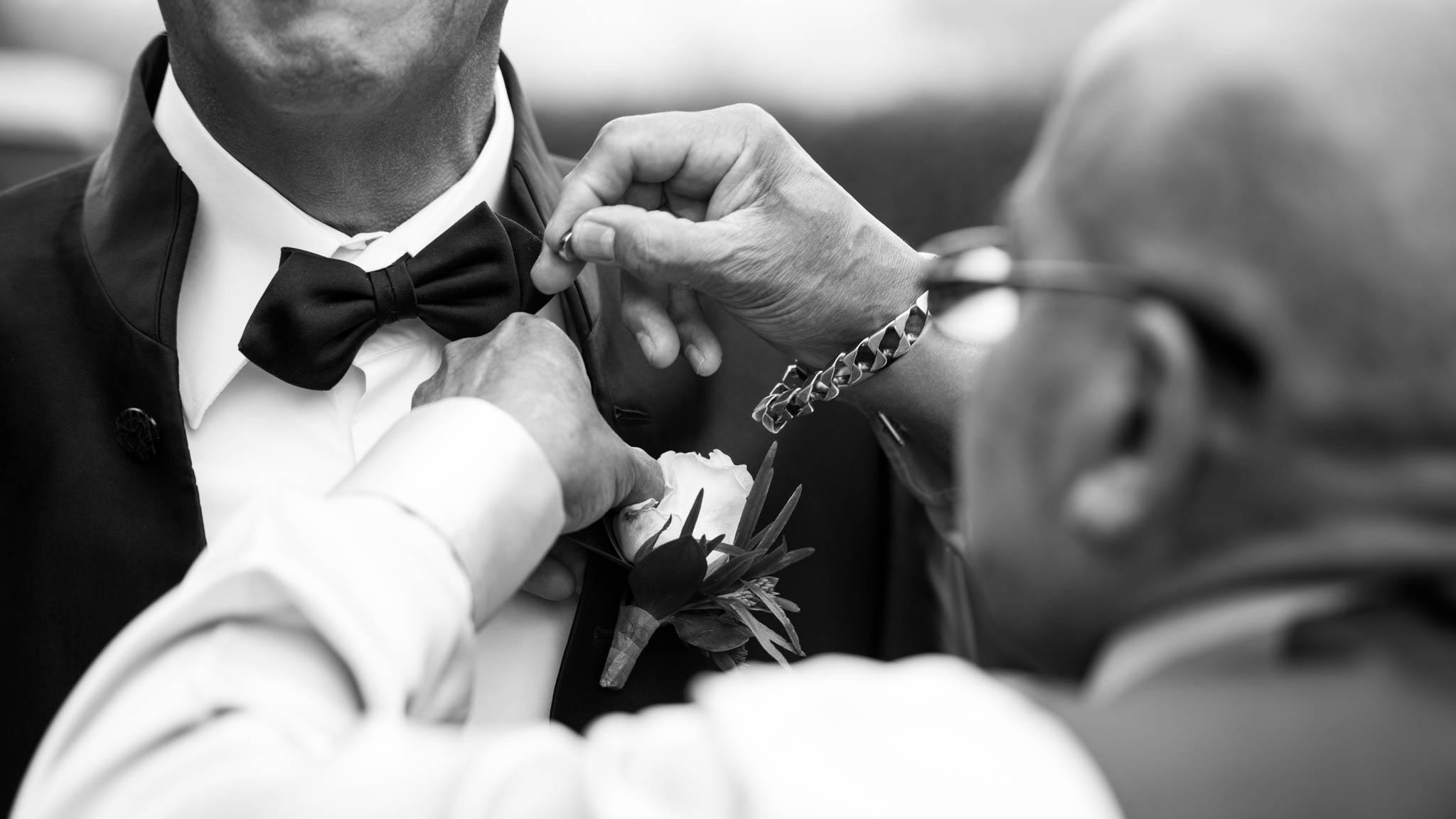 Les systèmes permettant d'attacher les boutonnières ne sont pas toujours pratiques. Heureusement, le maître de cérémonie les connait tous. Il a même ses favoris.