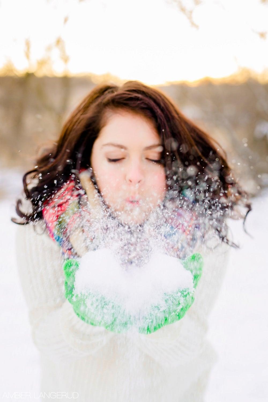 Audubon, MN Outdoor Winter Portraits | Sweater & Blanket Scarf