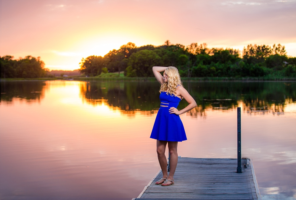 Outdoor, country and basketball styled senior pictures near Audubon, MN | Amber Langerud Photography | Epic sunset photo by the lake