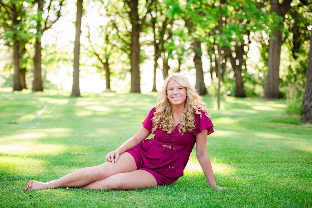 Outdoor, country and basketball styled senior pictures near Audubon, MN | Amber Langerud Photography | HS senior sitting in grass