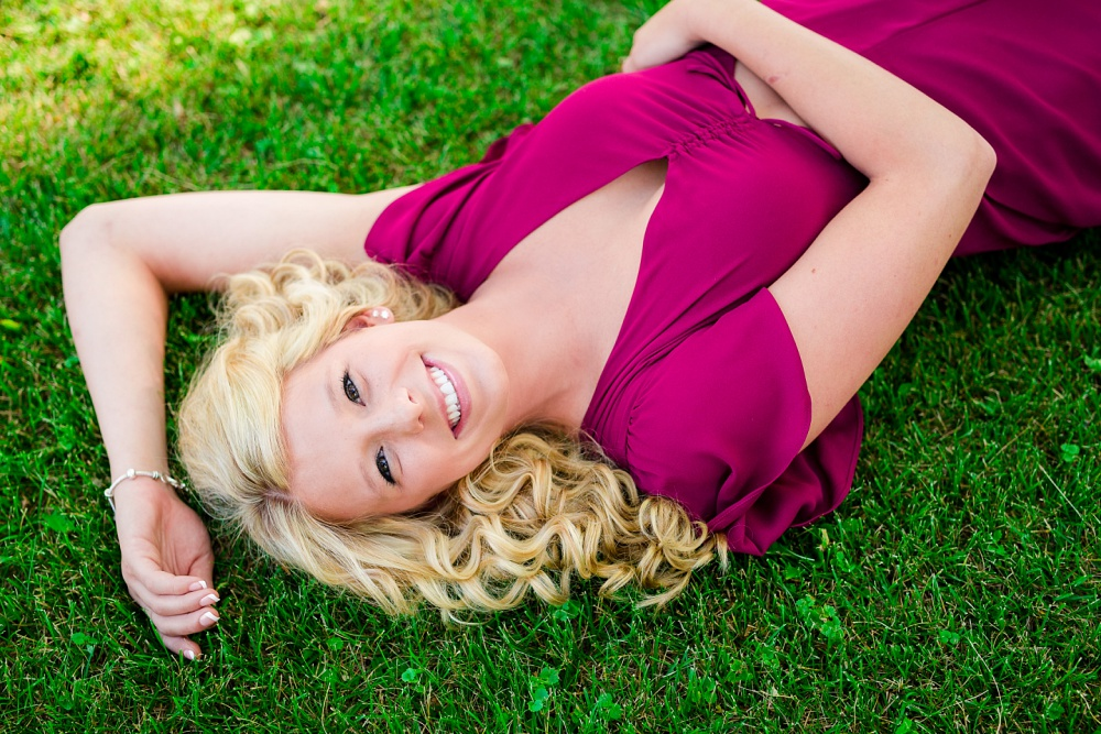 Outdoor, country and basketball styled senior pictures near Audubon, MN | Amber Langerud Photography | laying in grass smiling