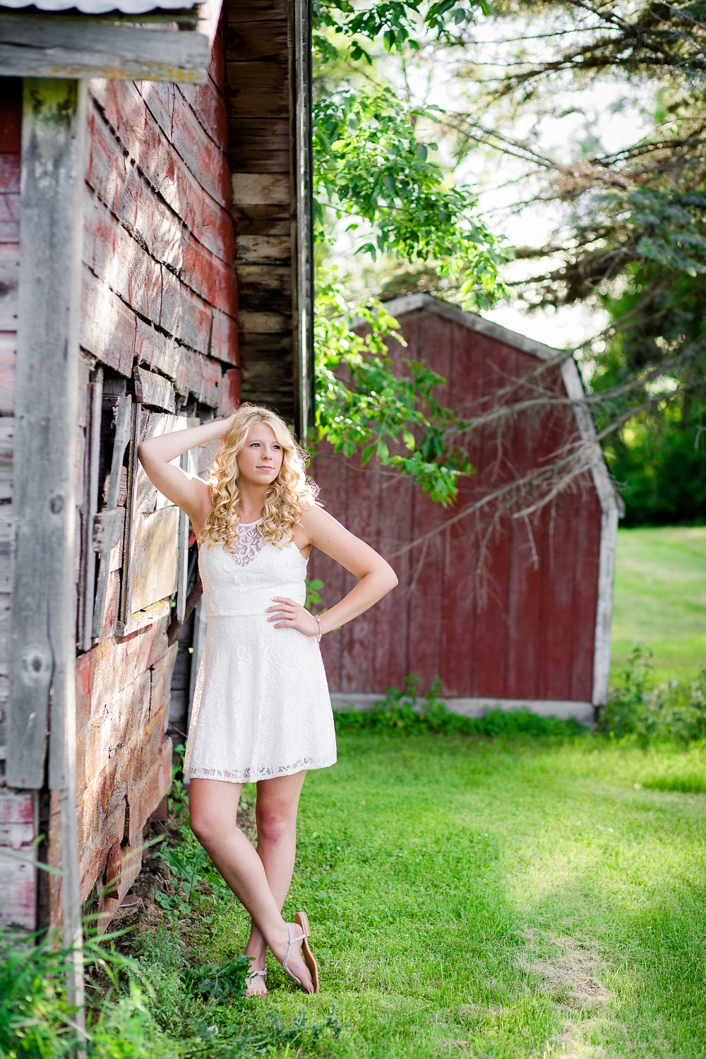 Outdoor, country and basketball styled senior pictures near Audubon, MN | Amber Langerud Photography | leaning up against rustic building