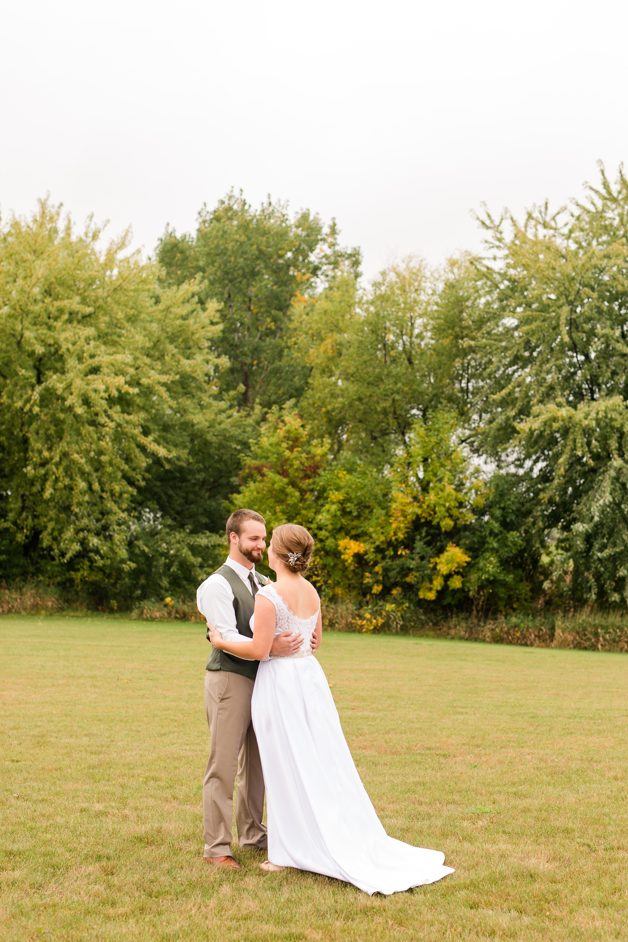AmberLangerudPhotography_Fall, Barn At Dunvilla Wedding with outdoor ceremony_3292.jpg